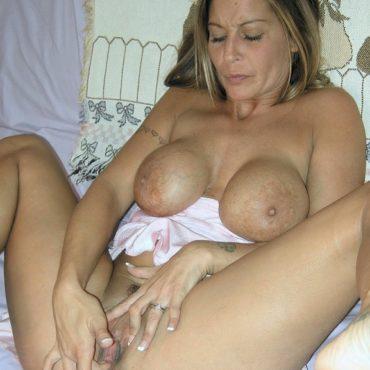 Frauen mastubieren mit Silikon Titten