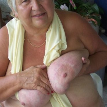 Oma Bilder Titten quetschen