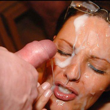 Spermaluder im Gesicht