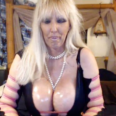 Oma Nackt vor der Webcam