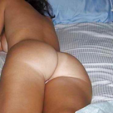 Nackte Frauenärsche im Bett