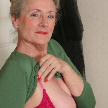 Oma Bilder Brust aus dem BH