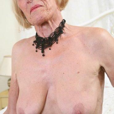Oma Bilder Faltige Brüste