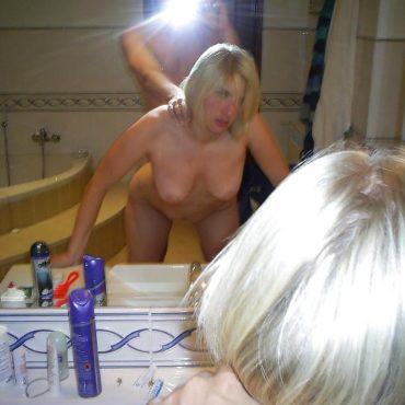 Private Paare vor dem Spiegel