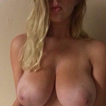 Nacktaufnahmen einer Blondine