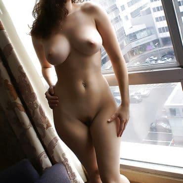 Aktfotos vorm Fenster