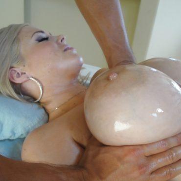 Ölige Brüste kneten