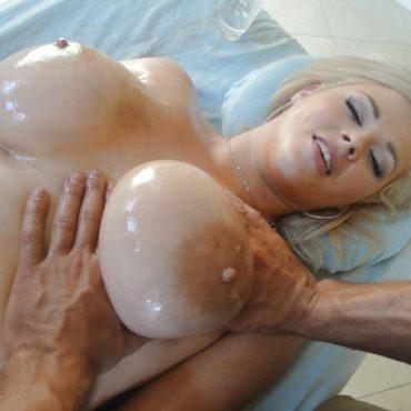 Helle Brüste kneten
