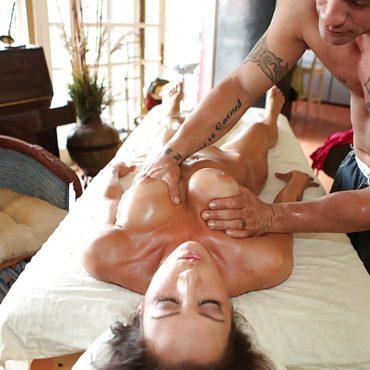 Masseur Brüste kneten