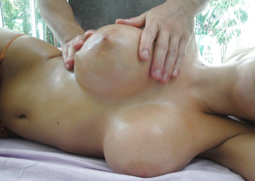 Грудастая блондинка расслабившись нащупала член массажиста несколько дней