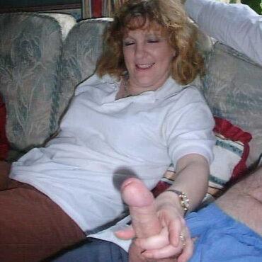 Milf Handjob auf dem Sofa